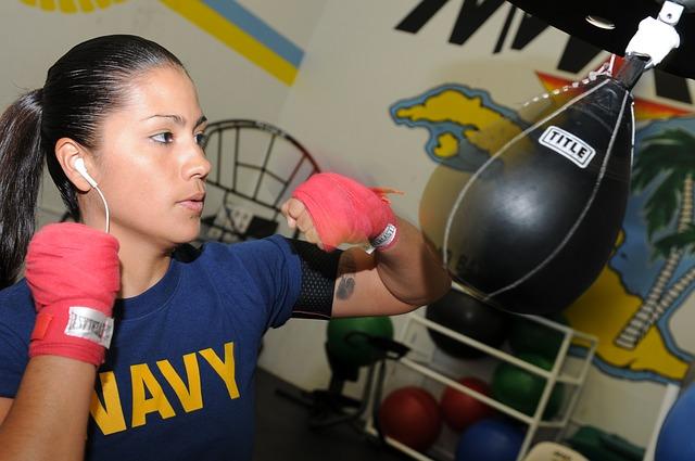 žena a boxovací pytlík