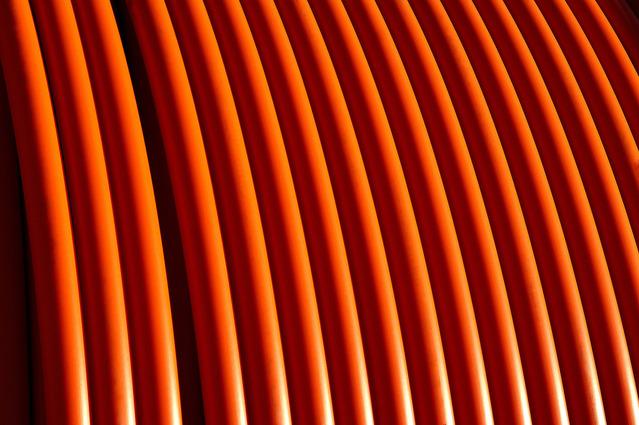 oranžové trubky na sobě