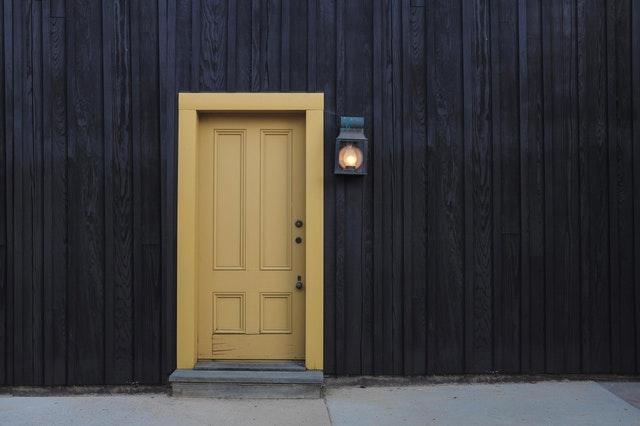 žluté domovní dveře